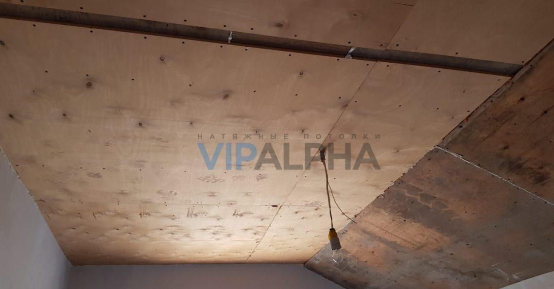 натяжной потолок в мансардной спальне